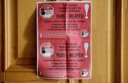 Salgótarján, 2020. március 25. A koronavírus-járvány megfékezése érdekében hatósági felirat egy járványügyi megfigyelés alatt álló személy lakásának ajtaján Salgótarjánban 2020. március 25-én. MTI/Komka Péter