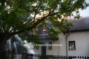 Tetőtér égett a Zselic utcában
